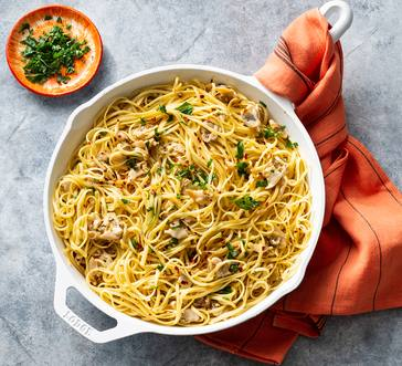 Spaghetti with White Clam Sauce image