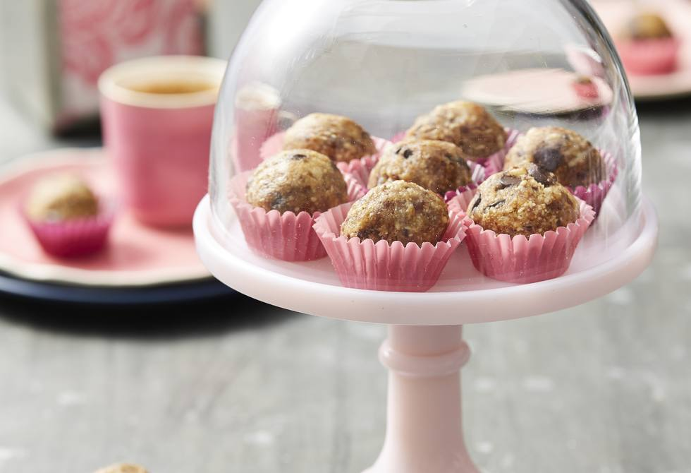 Peanut butter and choc chip balls