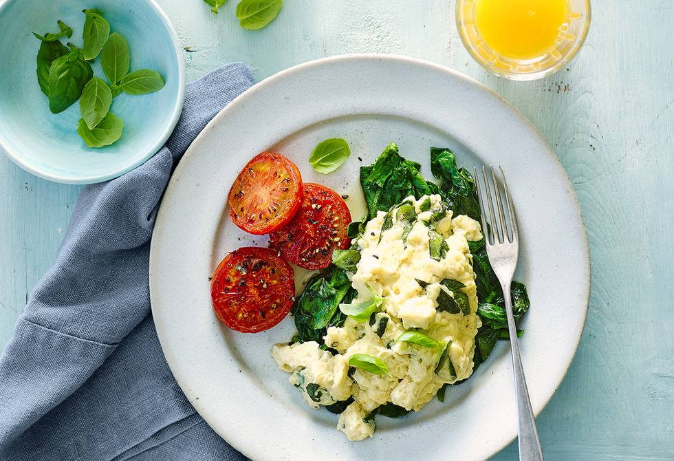 Basil scramble with spinach and tomato