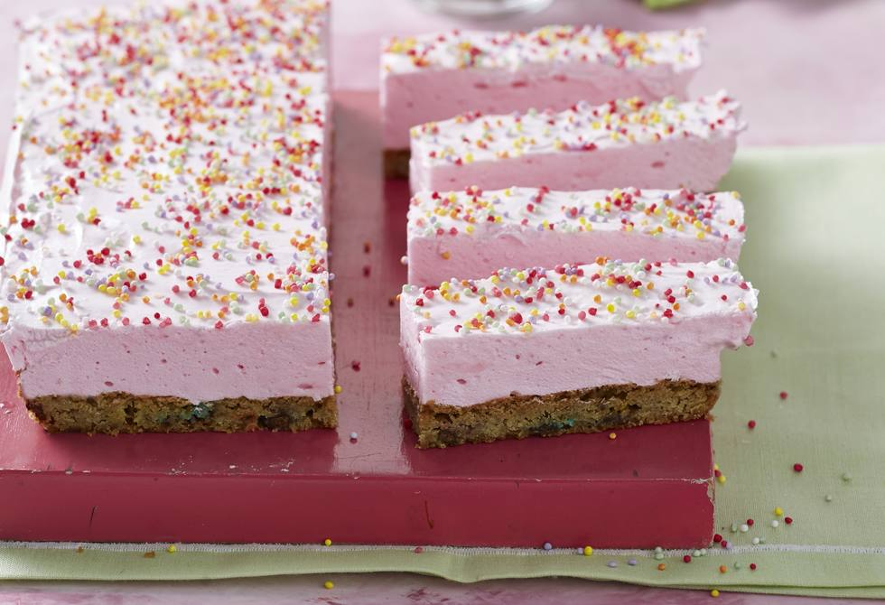 Strawberry marshmallow cookie slice