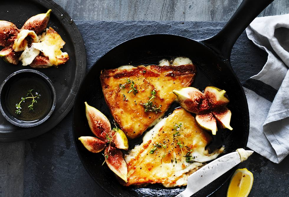 Saganaki cheese with figs, honey and thyme