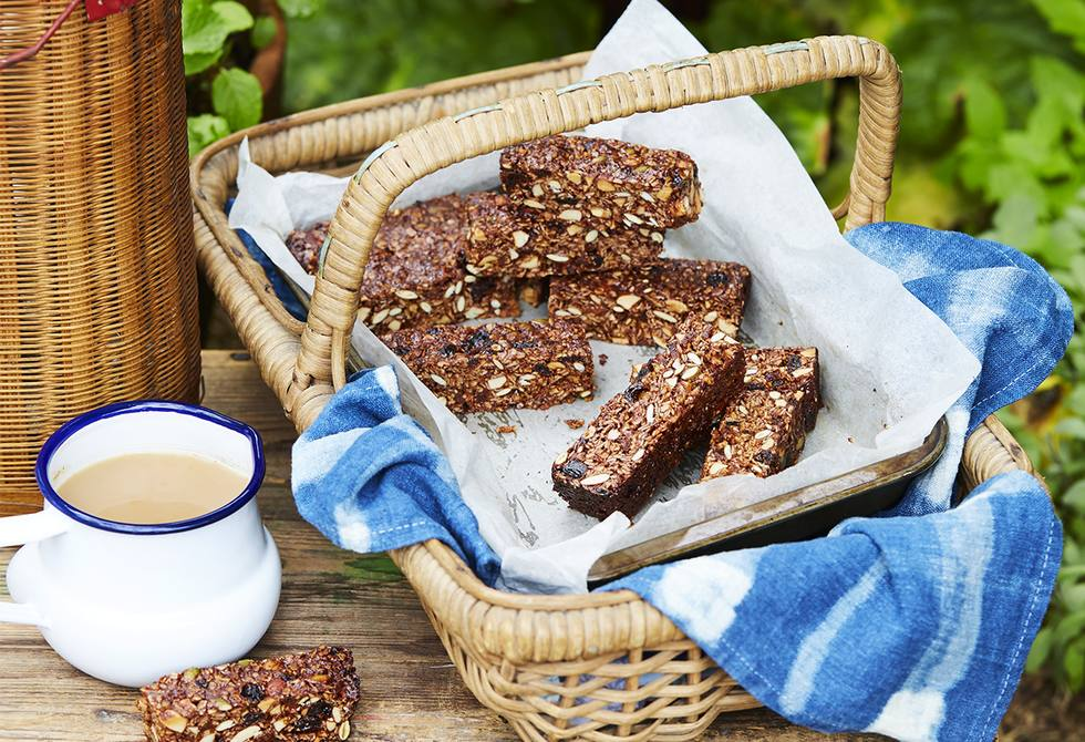 Fruit & almond chewy granola bars