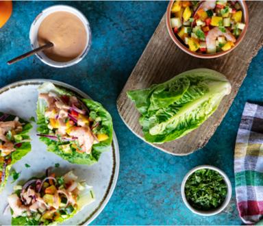 Corações de alface recheadas com salada de camarão e Molho Calvé Cocktail