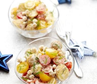 Zemiakový šalát s cherry paradajkami, cícerom a kôprom