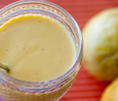 Vitamina de leite vegetal com manga, maracujá e baunilha