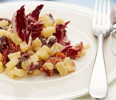 Salát s červenými fazolemi, sušenými rajčaty a čekankou