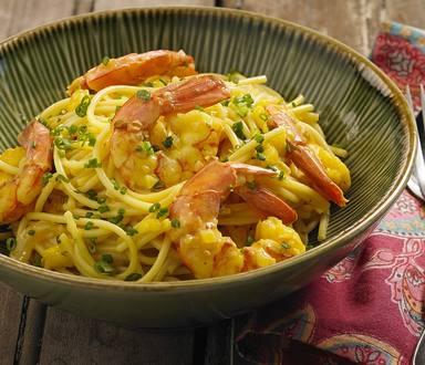 Espaguete com camarão, açafrão e cebolinha