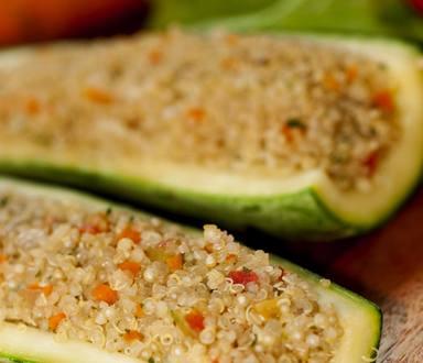 Canoas de abobrinha recheadas com quinoa
