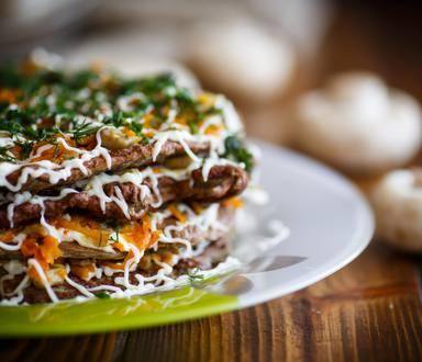 Clătite etajate cu carne de curcan