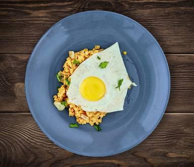 Teplý salát z červené čočky se sázeným vejcem