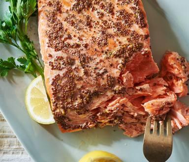 Salmón cubierto con mostaza