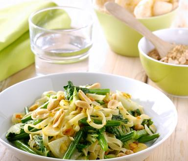 Bami speciaal met groene groenten en pindas