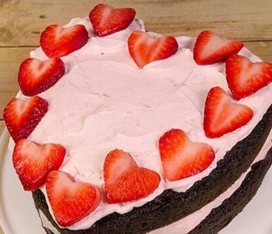 Pastel helado de fresa en forma de corazón