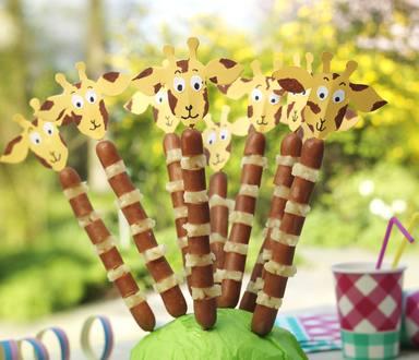 Giraf traktatie met knakworst en ananas