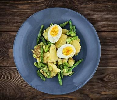 Špargľový šalát so zemiakmi a vajcami