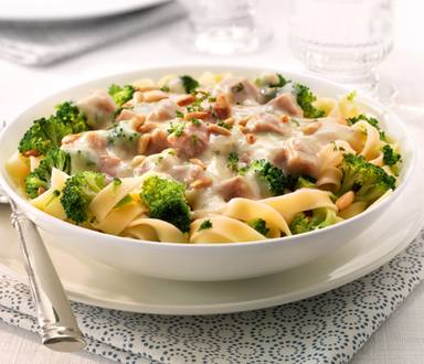 Tagliatelle met kipragout, broccoli en pijnboompitjes
