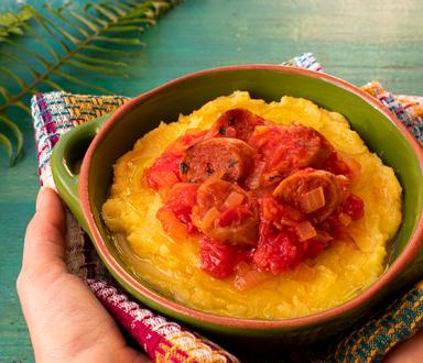 Ragu de linguiça vegana com polenta cremosa