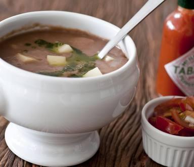 Sopa de feijão com batata e azeite de coentro