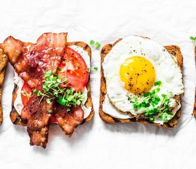 Sandvici cu bacon si ou