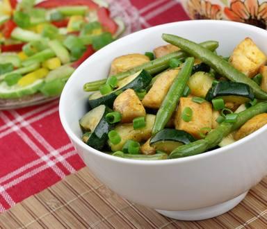 Salată de pui cu fasole păstăi și ceapă verde