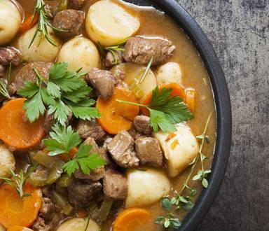 Mâncare de cartofi noi și legume de primăvară