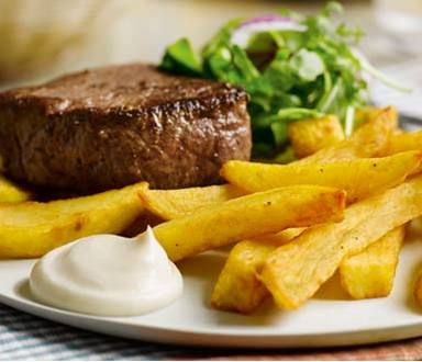 Bife & batatas fritas com sabor a alho