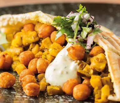Pita vegana de berenjena y garbanzos crujientes con salsa de finas hierbas