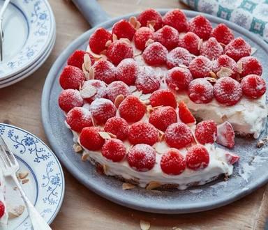 IJstaart met aardbeien en bastognebodem