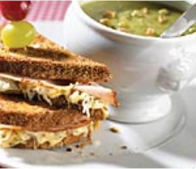 Erwtensoep met winterse clubsandwich