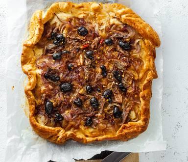 Tarte aux oignons, aux olives et au thym