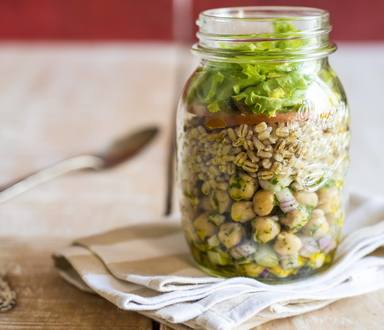 Salada de grão-de-bico com cereais e mix de folhas
