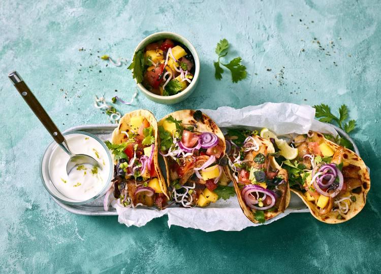 """""""Chick""""en Tacos mit Tomate, Sprossen und Mango"""