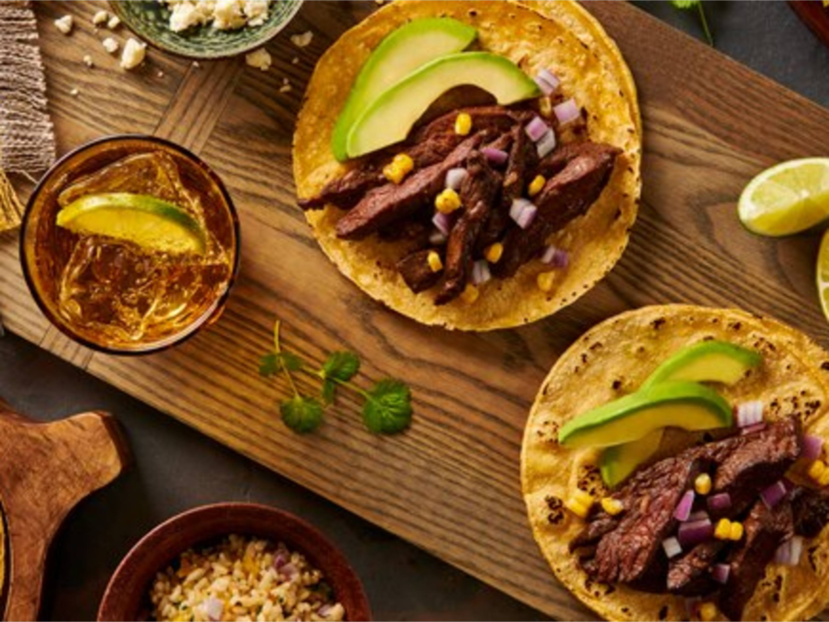 Tacos de carne asada y chile ancho