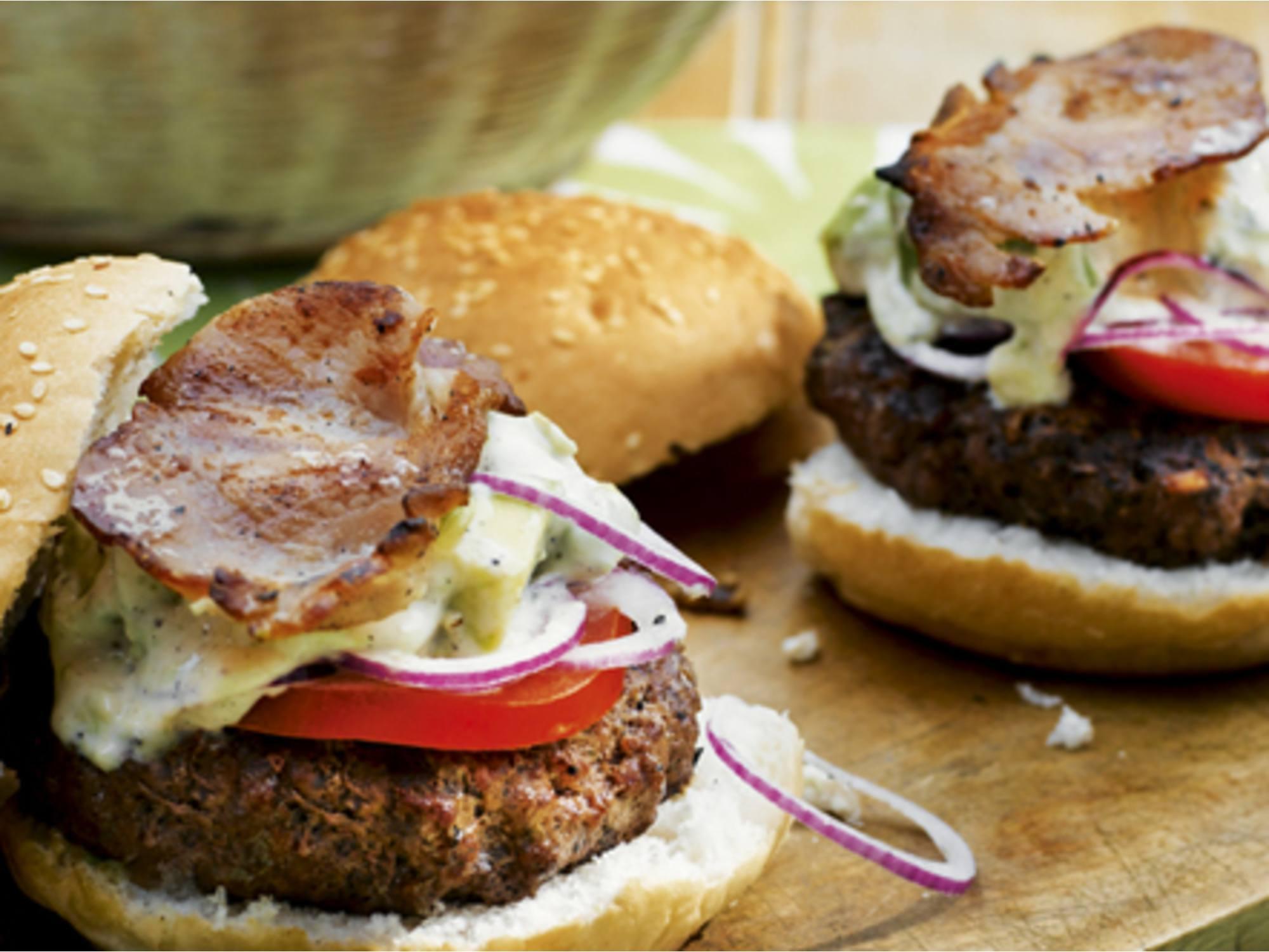 Burger mit Speck und Avocado