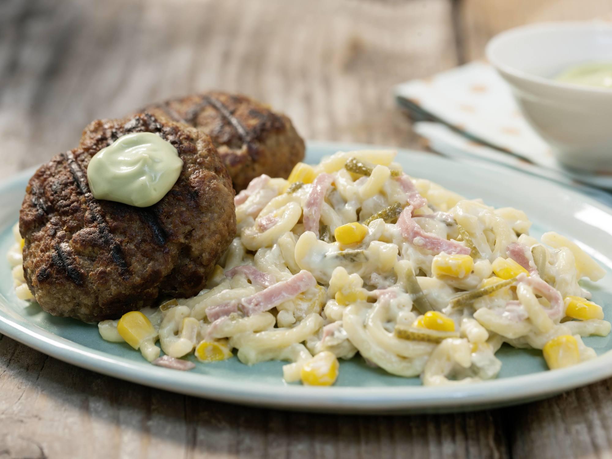Nudelsalat mit Fleischlaberl