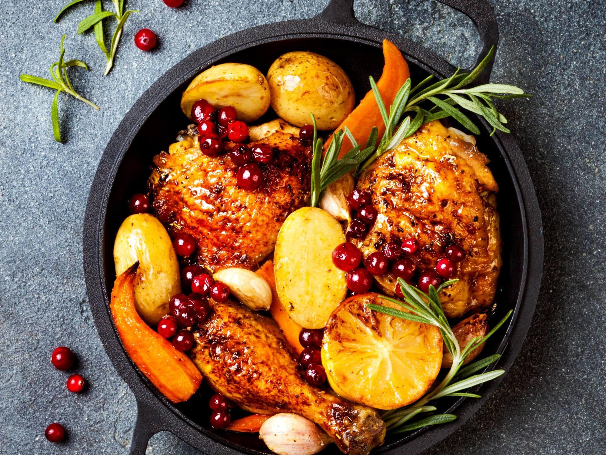 Pui la cuptor, cartofi si mirodenii, coacaze si morcovi