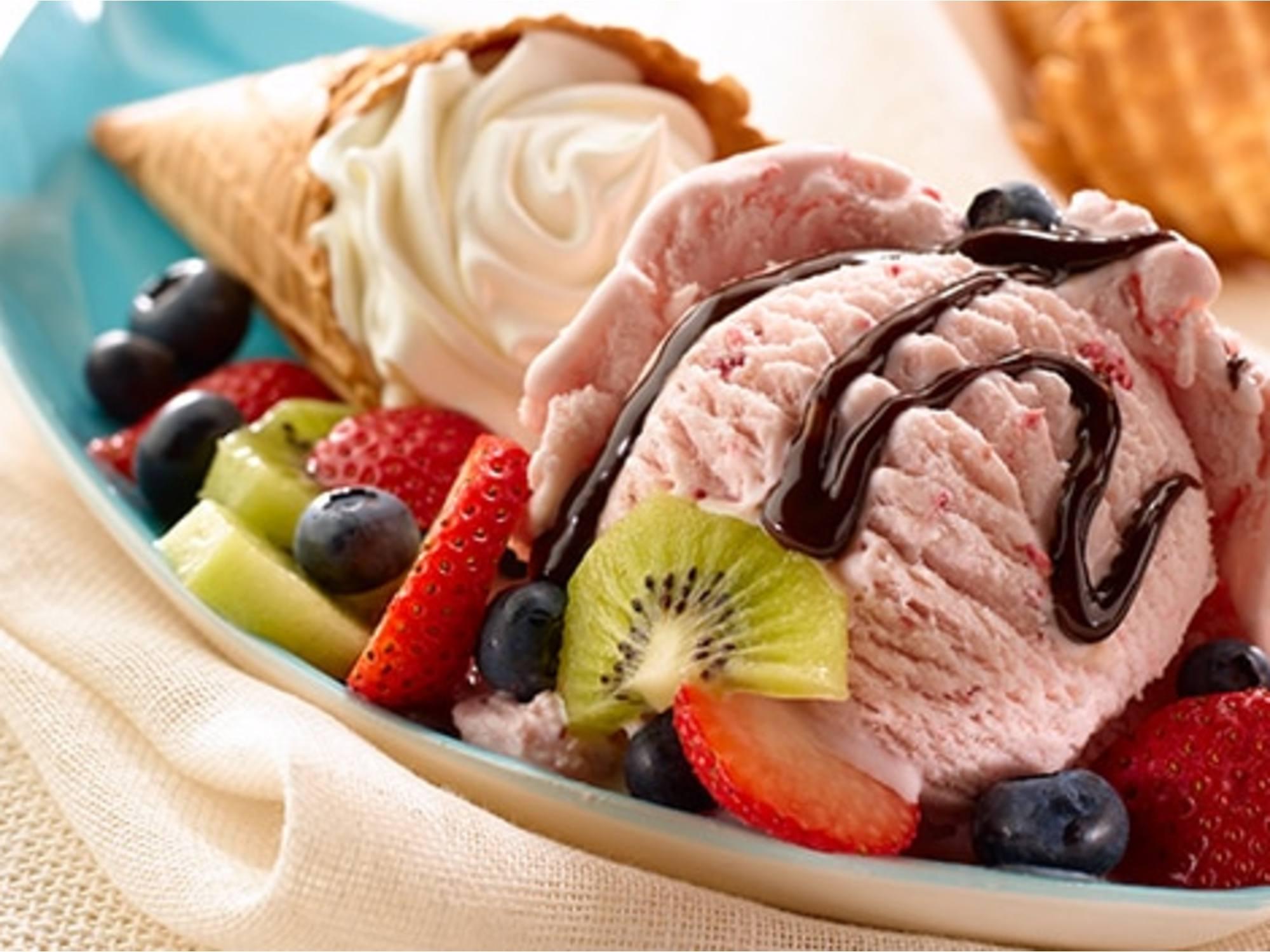 Conos con sundae de fruta y crema