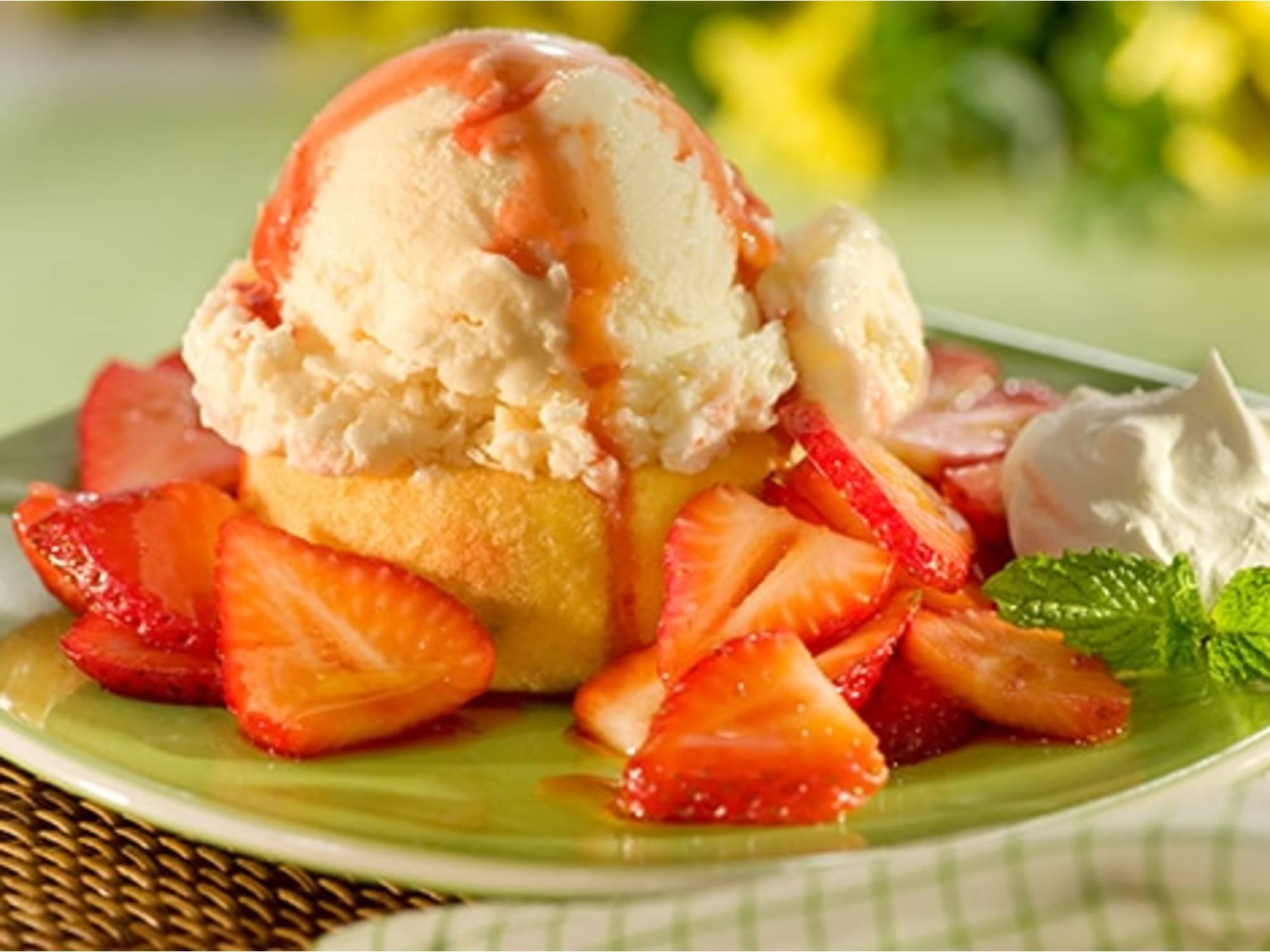 Tarteletas de helado cubiertas con fresas