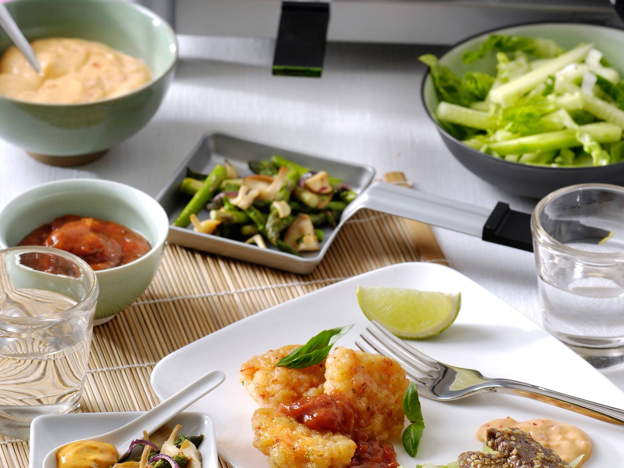 Garnalenkoekjes met limoen, basilicum en Chilisaus