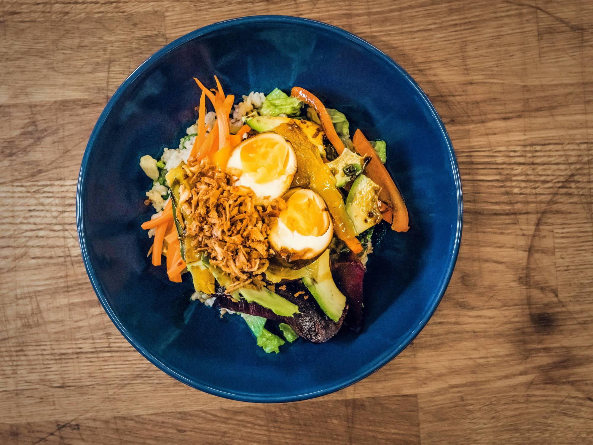 Poke bowl - miska s rýží a zeleninou