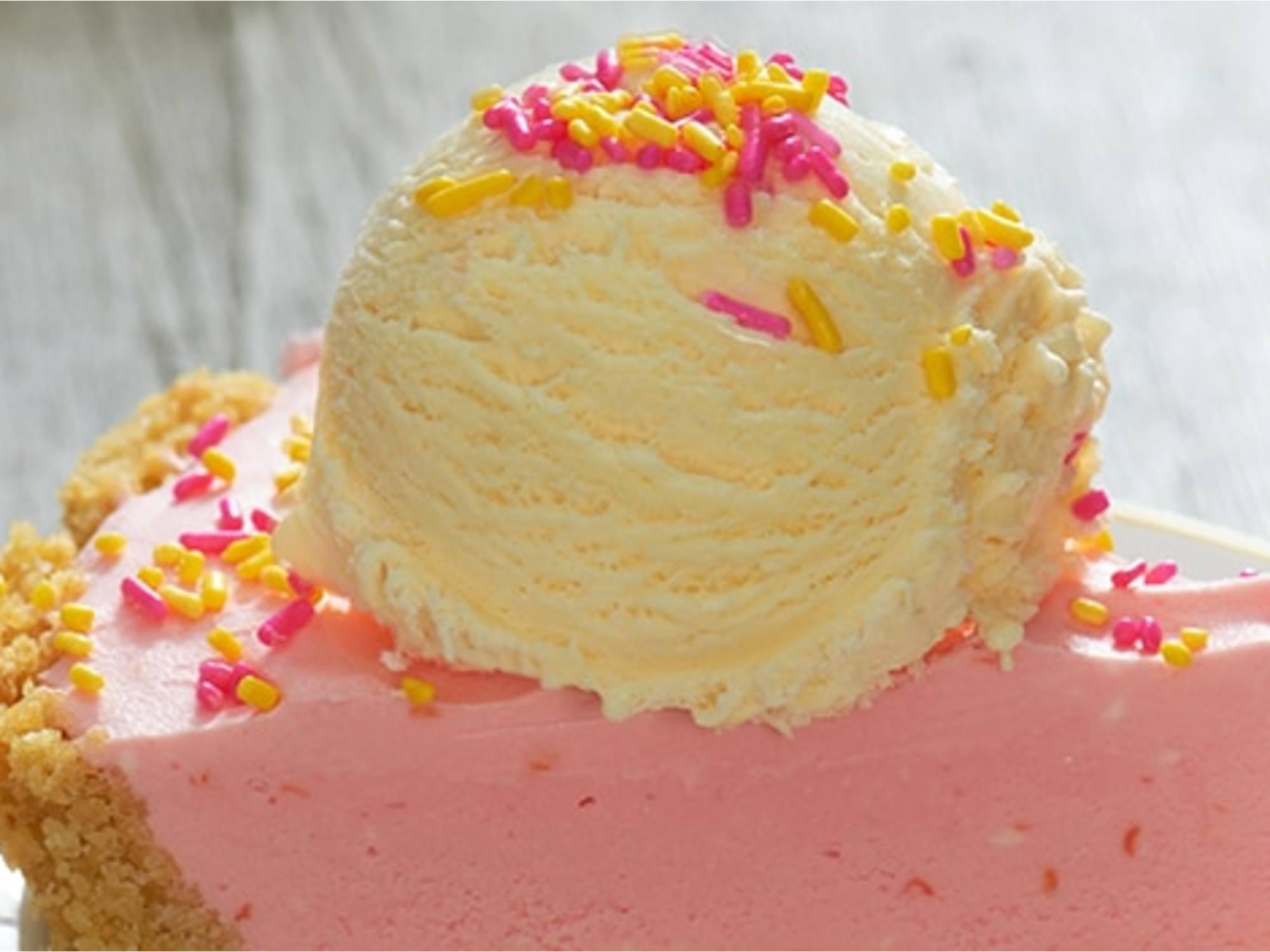Pastel de limonada rosada y vainilla con corteza de patatas saladas