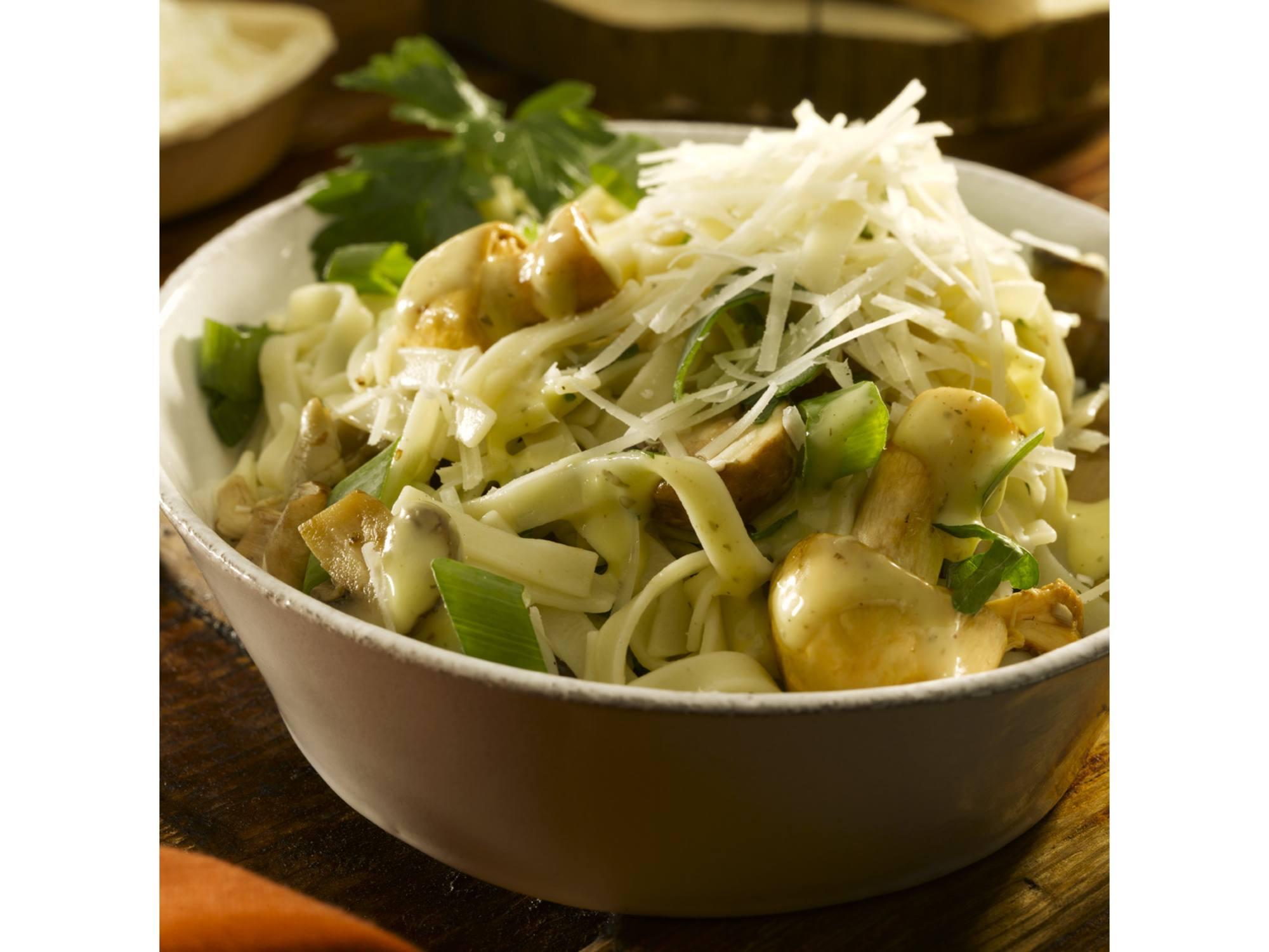 Noedel salade met gemarineerde paddestoelen, bosui en Parmezaanse kaas