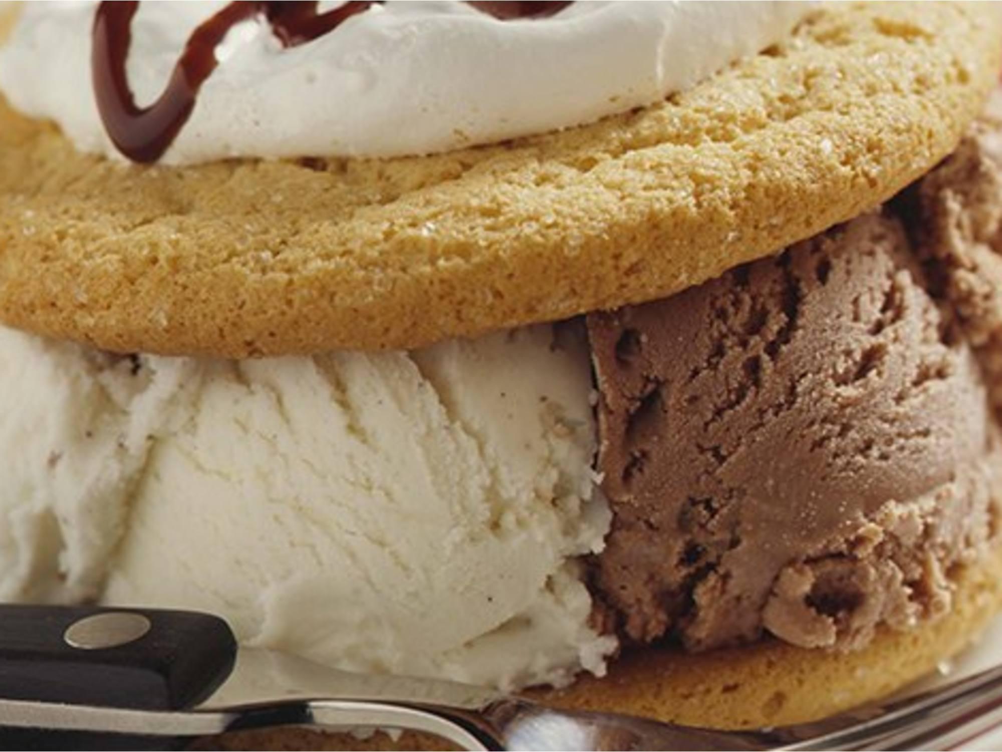 Sándwiches helados blancos y negros