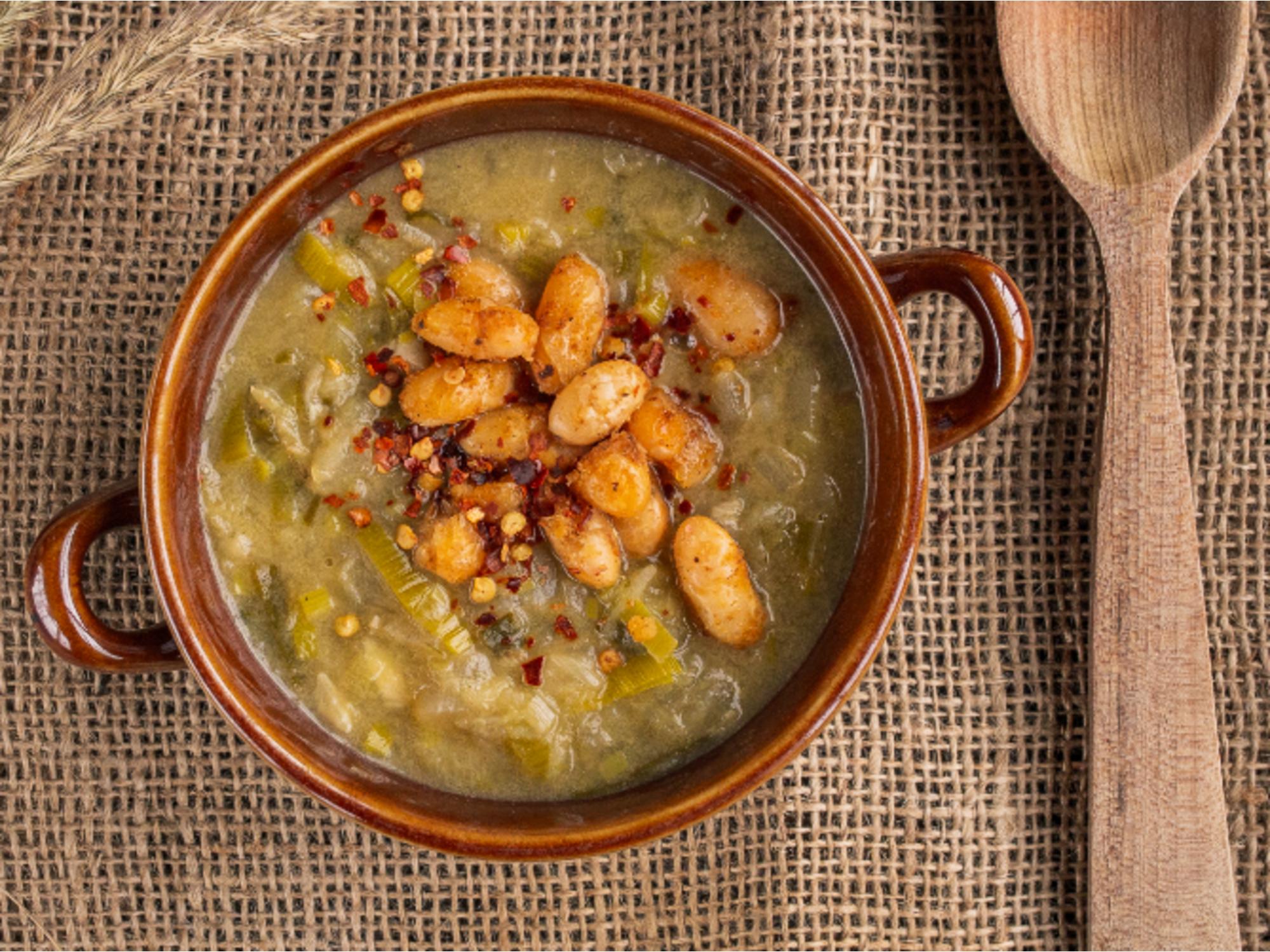 Zeleninová polévka s hořčicí a kořeněnými fazolemi
