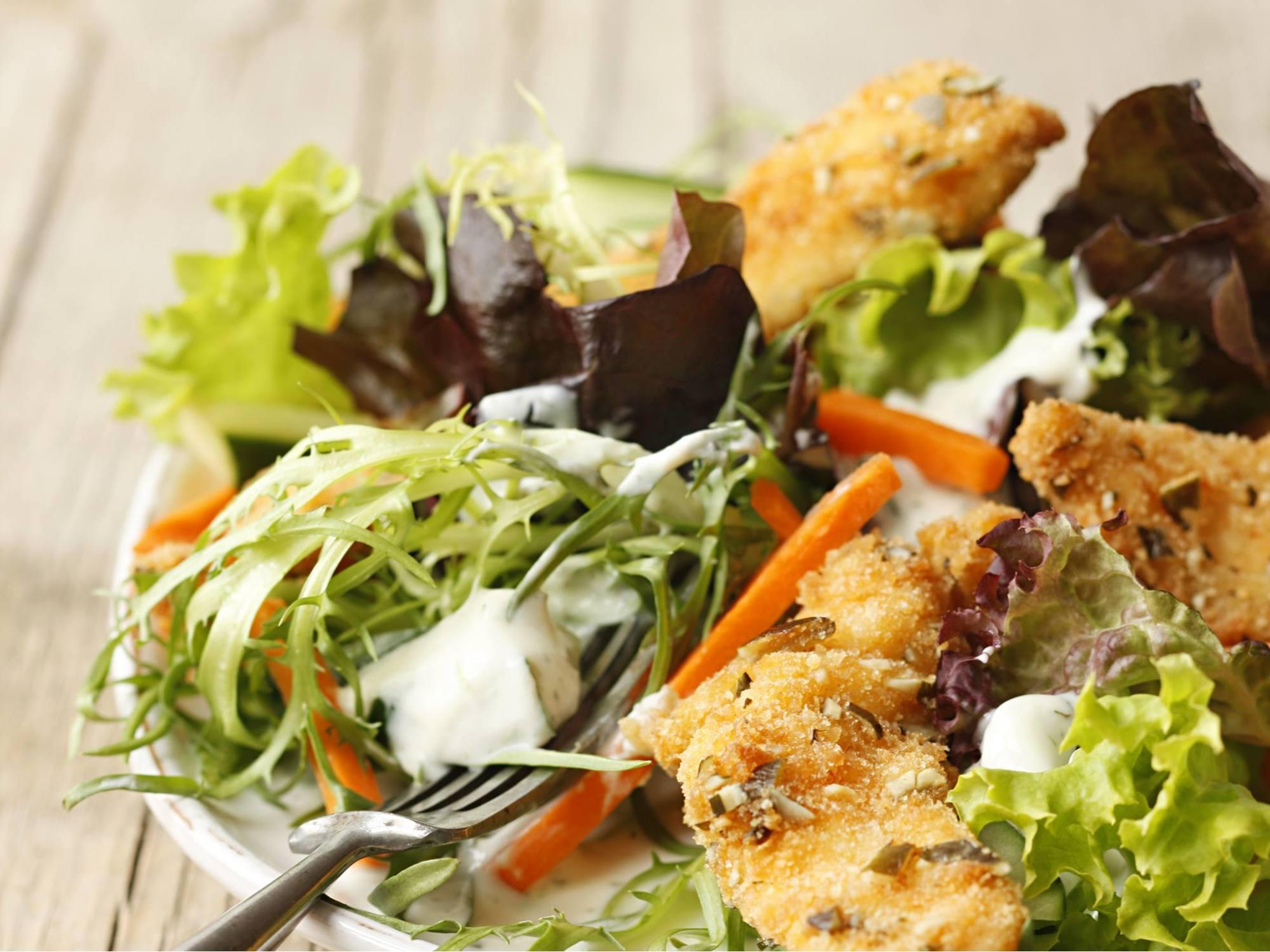 Herbstlicher Blattsalat mit Hühnerstreifen