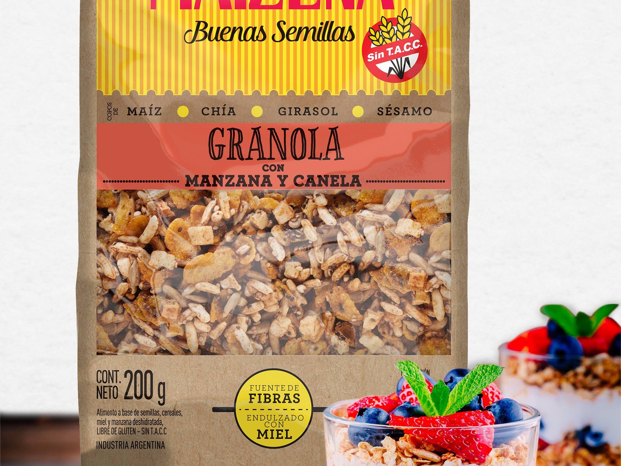 Trifle de granola con yogurt natural, frutillas y arándanos