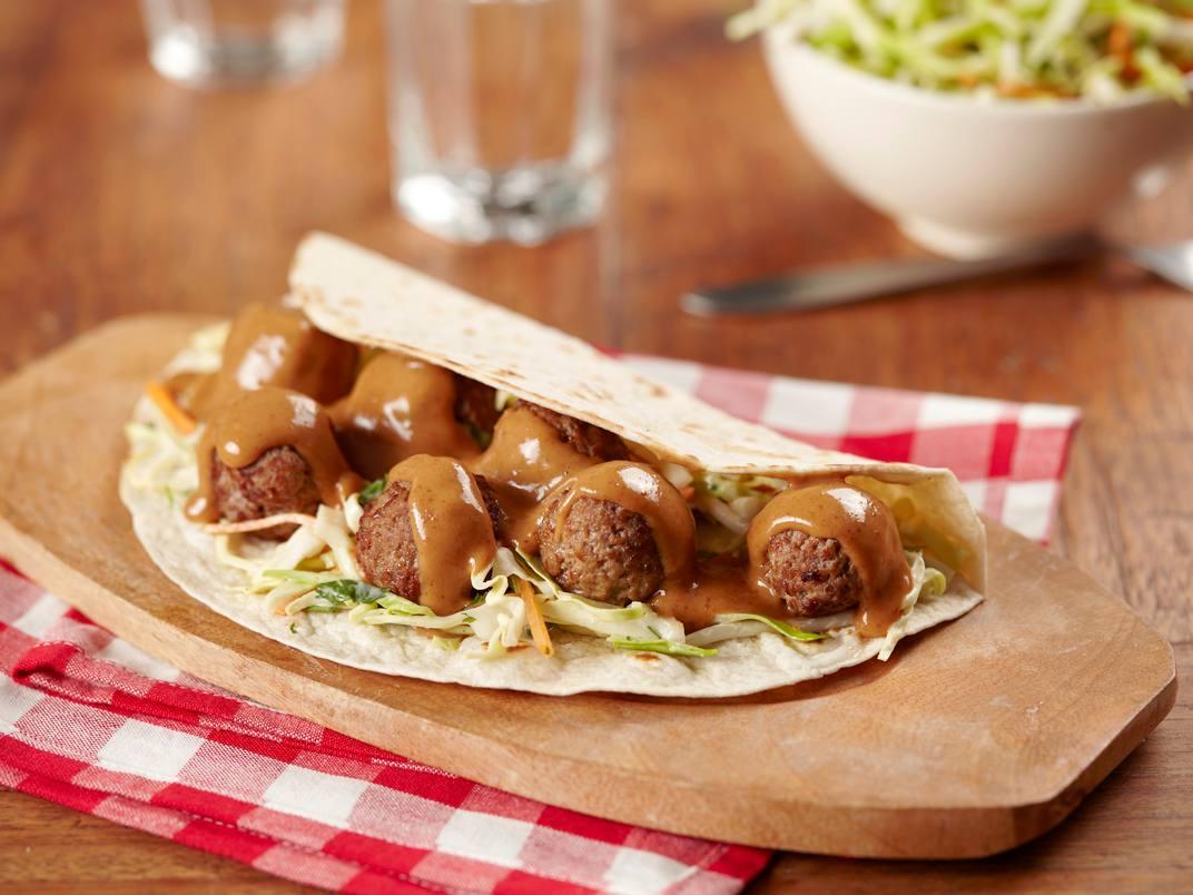 Wraps met pittige gehaktballetjes en pindasaus