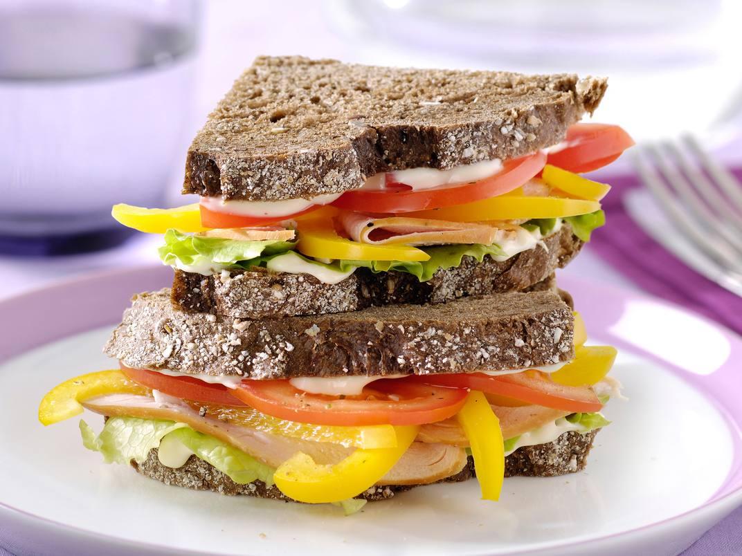 Sandwich met gerookte kipfilet, tomaat en paprika