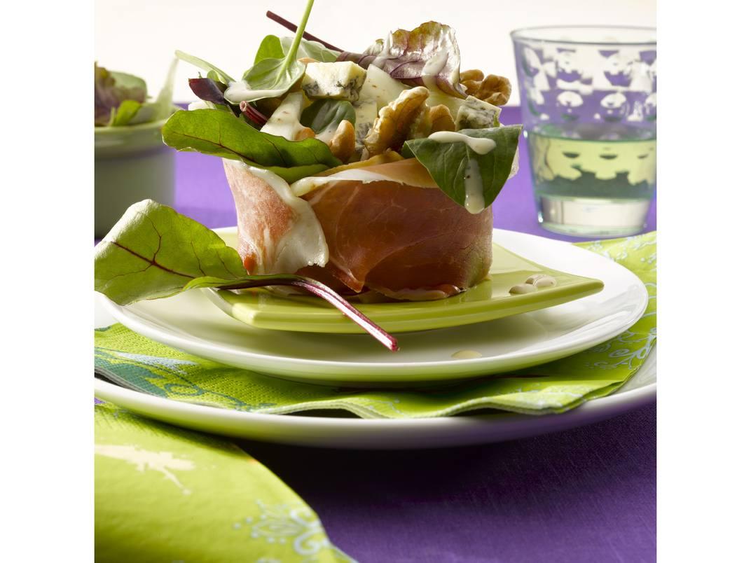 Bonbon van parmaham gevuld met salade, blauwe kaas, meloen en noten