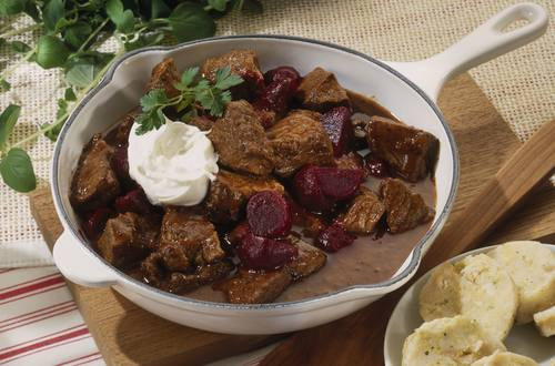 Knorr - Rindergulasch mit Rote Bete und Crème fraîche